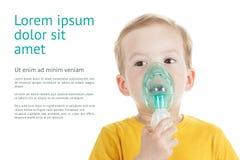 De Kaukasisch die zuurstof van de kindholding of inhaleertoestelteken op wit wordt geïsoleerd royalty-vrije stock afbeeldingen