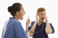 De Kaukasische arbeiders die van de vrouwen medische gezondheidszorg met stethosc spelen Royalty-vrije Stock Afbeeldingen