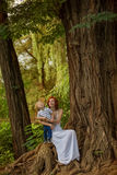 De Kaukasische babyjongen neemt rust in de zomerpark Royalty-vrije Stock Afbeeldingen