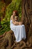 De Kaukasische babyjongen neemt rust in de zomerpark Stock Foto's