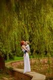 De Kaukasische babyjongen neemt rust in park Royalty-vrije Stock Afbeeldingen