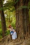 De Kaukasische babyjongen neemt rust in park Royalty-vrije Stock Fotografie