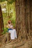 De Kaukasische babyjongen neemt rust in park Royalty-vrije Stock Afbeelding