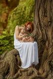 De Kaukasische babyjongen neemt rust in park Stock Fotografie