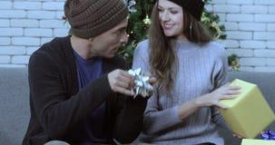 De Kaukasische dozen van de paar scheeftrekkende gift stock video
