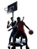 De Kaukasische en Afrikaanse mens die van basketbalspelers silhouett druppelen Stock Foto