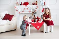 De Kaukasische kinderen spelen in studio Royalty-vrije Stock Afbeeldingen