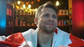 De Kaukasische mannelijke vlag van de ventilatorholding van Engeland dat over het nationale team verliezen is niet bevallen stock video