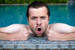 De Kaukasische mens is boos en schreeuw terwijl het zwemmen in pool royalty-vrije stock foto
