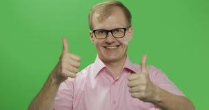 De Kaukasische mens in roze overhemd toont duimen Twee in: 1 royalty-vrije stock afbeelding
