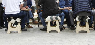 De Kaukasische mensen spelen backgammon royalty-vrije stock afbeeldingen