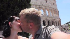 De Kaukasische paartoerist maakt selfie op mooie mening van Europese oude stad met mobiele slimme telefoon stock videobeelden