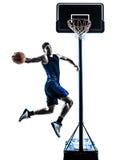 De Kaukasische speler die van het mensenbasketbal onderdompelend silhouet springen Stock Fotografie