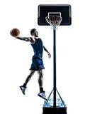 De Kaukasische speler die van het mensenbasketbal onderdompelend silhouet springen Royalty-vrije Stock Fotografie