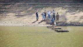 De Kaukasische Toerist legt op Vlot vast aan Meerbank in Park stock videobeelden