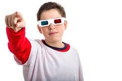 De Kaukasische vlot-gevilde jongen draagt 3D glazen en richt het kijken Stock Foto
