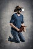 De Kaukasische volwassen mens geniet van ervarend immersive Virtuele het spelsimulatie van de Werkelijkheidscowboy VR portretconc Royalty-vrije Stock Foto