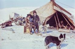 De Kaukasische vrouw stelt met Chukchi-de mens terwijl het bezoeken van verre post van de inheemse mensen Royalty-vrije Stock Afbeeldingen