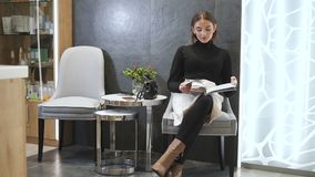 De Kaukasische vrouw wacht geduldig in hal stock video