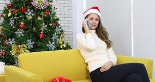 De Kaukasische vrouw zit op bank stock video