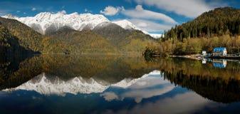 De Kaukasus. Abchazië. Het meer van Riza. Panorama royalty-vrije stock afbeelding