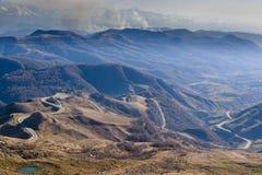 De Kaukasus bergen är ett bergsystem i västra Asien mellan Blacket Sea och Kaspiska havet i den Kaukasus regionen Arkivfoto