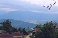 De Kaukasus bergen på bakgrunden Arkivfoto