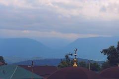 De Kaukasus bergen på bakgrunden Royaltyfria Bilder