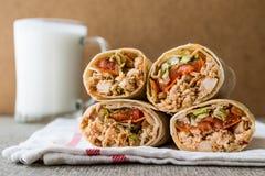 De kebab van kippenshawarma doner met ayran of karnemelk stock afbeelding