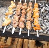 De kebab wordt voorbereid op de grill Stock Fotografie