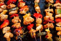 De kebabs van kippenteriyaki met groenten bij het zwarte baksel Stock Foto's