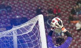 De keeper die van het voetbal probeert te verdedigen Stock Foto
