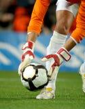 De keeper neemt de bal op Stock Afbeelding