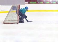 De keeper van het hockey in helm en poort Royalty-vrije Stock Foto's