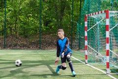 De keeper vangt de bal De stadion goalie sporten spelen grondspel, de bewaardersmens van het grasvoetbal, outdoorsc ompetition stock fotografie