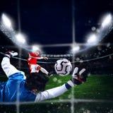 De keeper vangt de bal in het stadion Royalty-vrije Stock Afbeeldingen