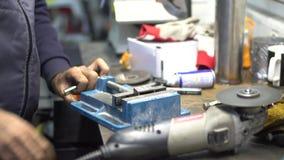 De keerder behandelt metaalproduct stock footage