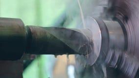 De keerder werkt aan een draaiende draaibank bij de fabriek van de metaalbouw stock video