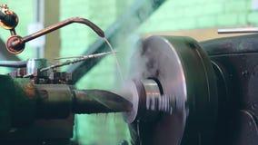 De keerder werkt aan een draaiende draaibank bij de fabriek van de metaalbouw stock footage