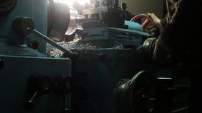 De keerder werkt aan een draaiende draaibank bij de fabriek van de metaalbouw De metaalindustrie stock foto