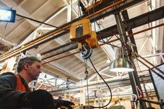 De keerderarbeider beheert het metaalbewerkende proces van mechanisch knipsel op een draaibank stock foto's