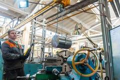 De keerderarbeider beheert het metaalbewerkende proces van mechanisch knipsel op een draaibank royalty-vrije stock fotografie