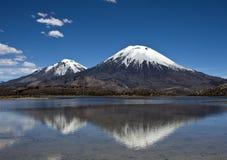 De Kegel van de Vulkaan van Parinacota in Nacional Parque Lauca, Chili Royalty-vrije Stock Afbeelding