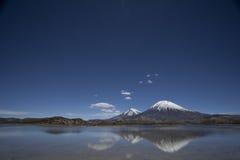 De Kegel van de Vulkaan van Parinacota in Nacional Parque Lauca, Chili Stock Afbeeldingen