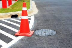 De kegel van het verkeer bij verkeer het merken. stock foto's