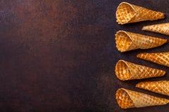 De kegel van het wafelroomijs, donkere achtergrond Stock Foto