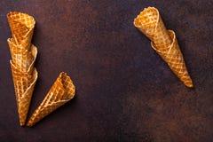De kegel van het wafelroomijs, donkere achtergrond Stock Afbeeldingen