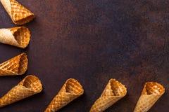 De kegel van het wafelroomijs, donkere achtergrond Stock Foto's