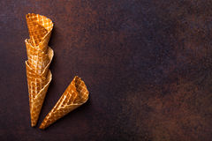 De kegel van het wafelroomijs, donkere achtergrond Stock Fotografie