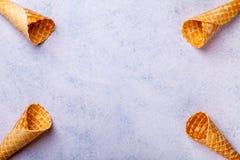 De kegel van het wafelroomijs op een lichte achtergrond Stock Fotografie